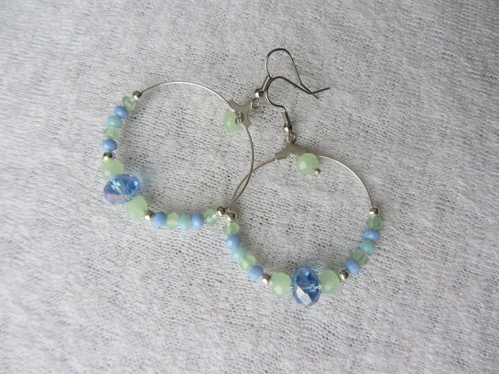 boucles d'oreilles créoles bohème chic avec perles en verre à facettes, teintes pastelles, bleu et vert, créoles argentées