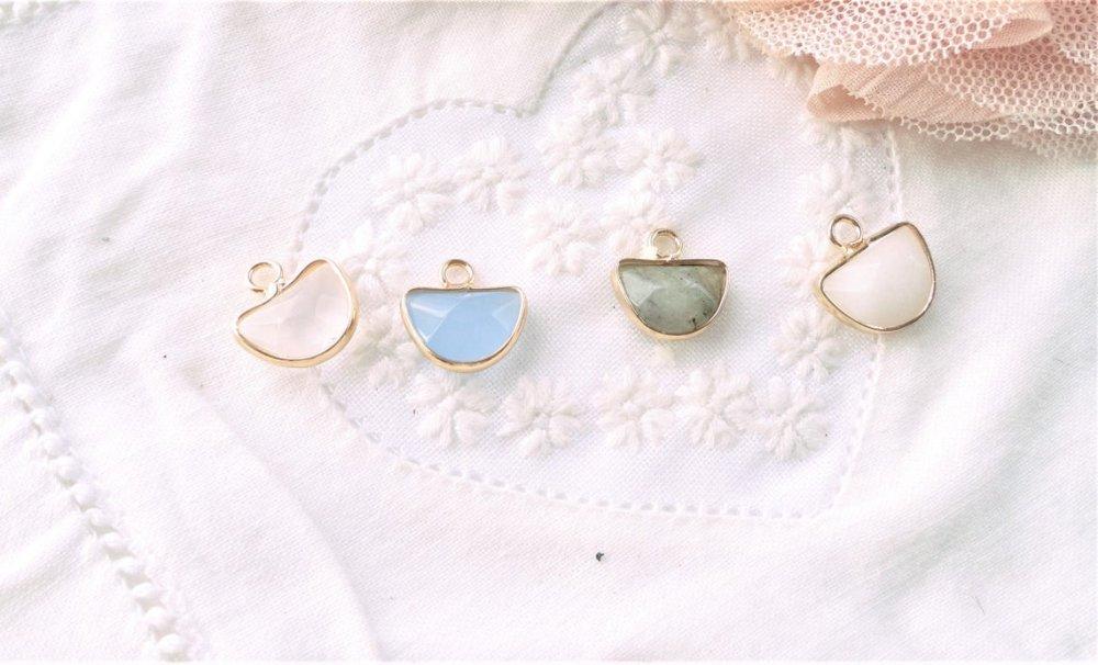 charm jade demi lune, jade bleu, pierre naturelle, pendentif, lune,