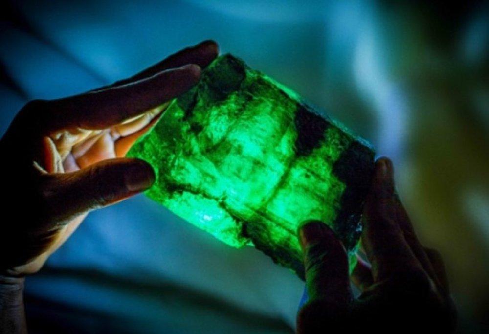 pendentif émeraude naturelle, pierre verte, pierre naturelle, goutte, gemmes,
