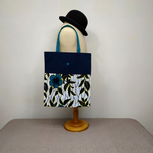 Sac courses pliable printemps / enroulable en tissu impression wax blanc, bleu-vert et bleu marine