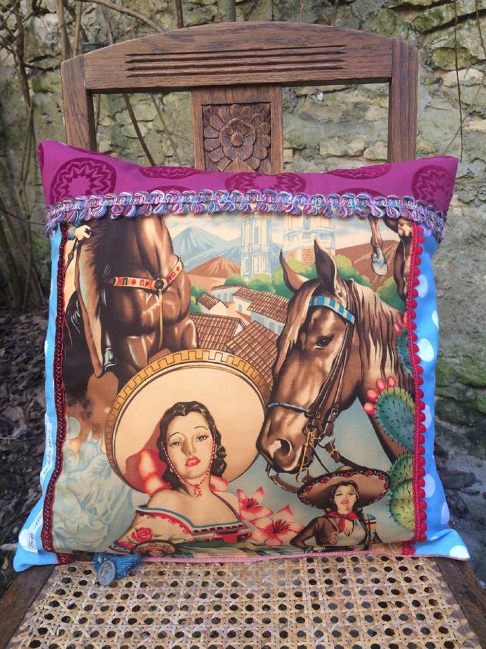 Coussin rétro bohème coloré, tissus variés et galons 'Sous le soleil de Mexico !'