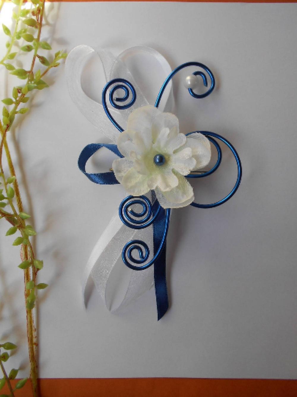 Broche, remonte traîne bleue marine et blanche avec delphinium