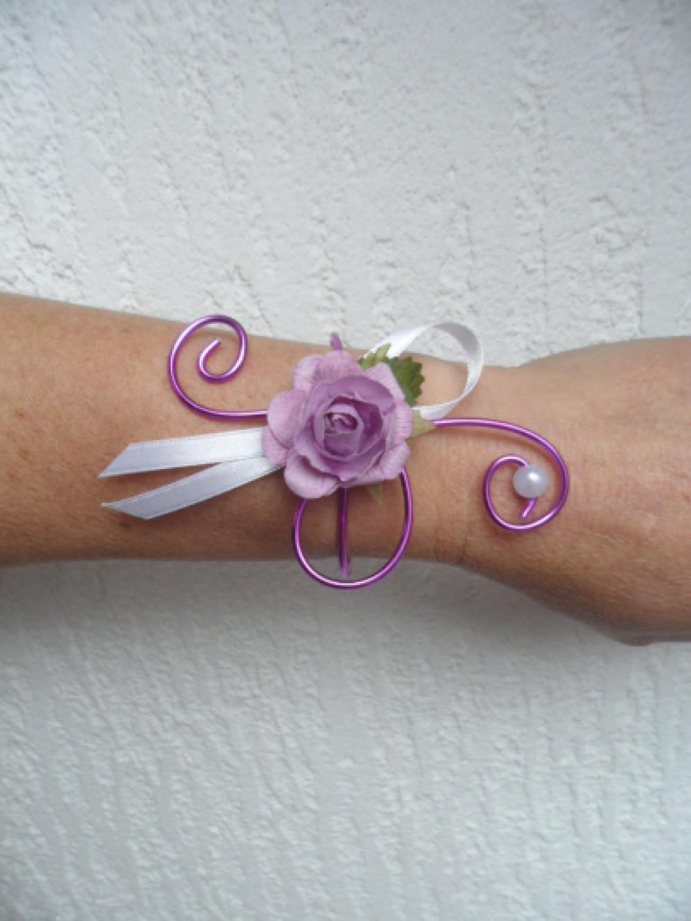 Bracelet fleuri pour mariage - parme et blanc - rose artificielle