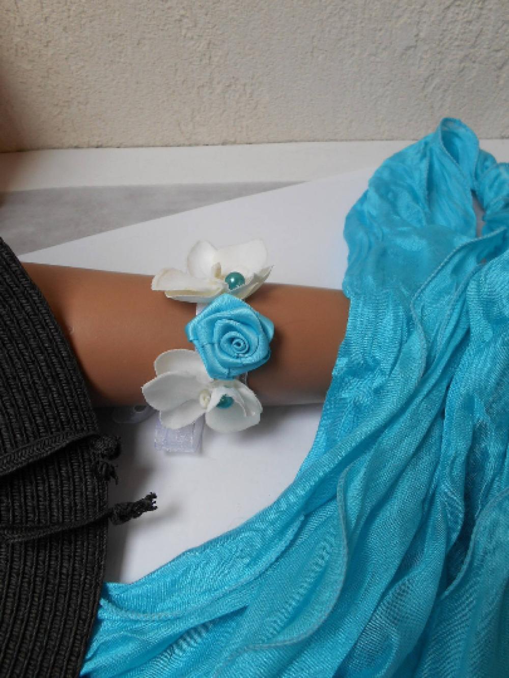 Bracelet fleuri pour mariage, baptême... Blanc et turquoise