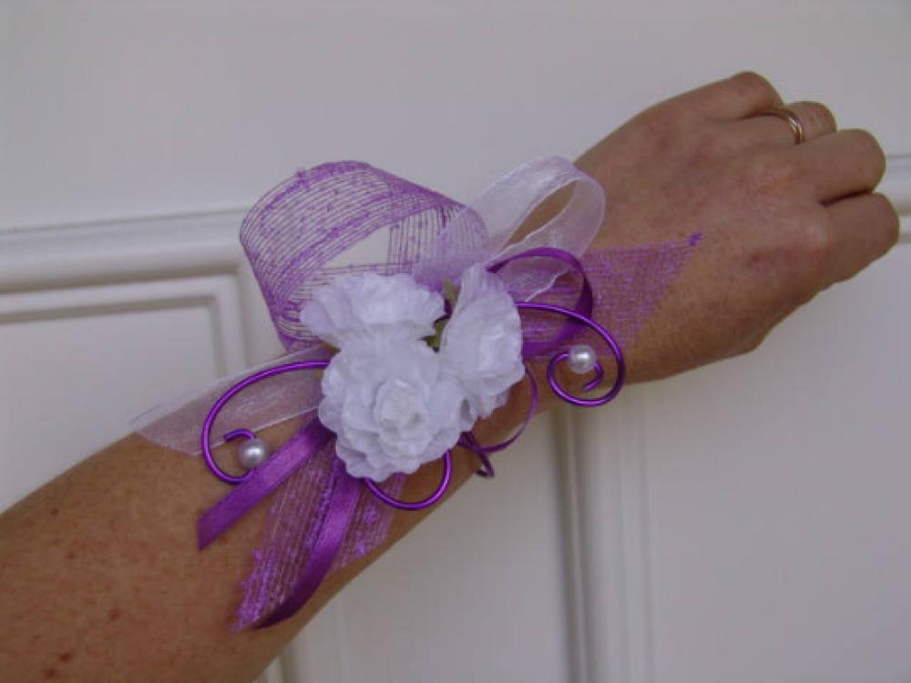 Bracelet fleuri pour mariée ou témoin - Blanc et violet