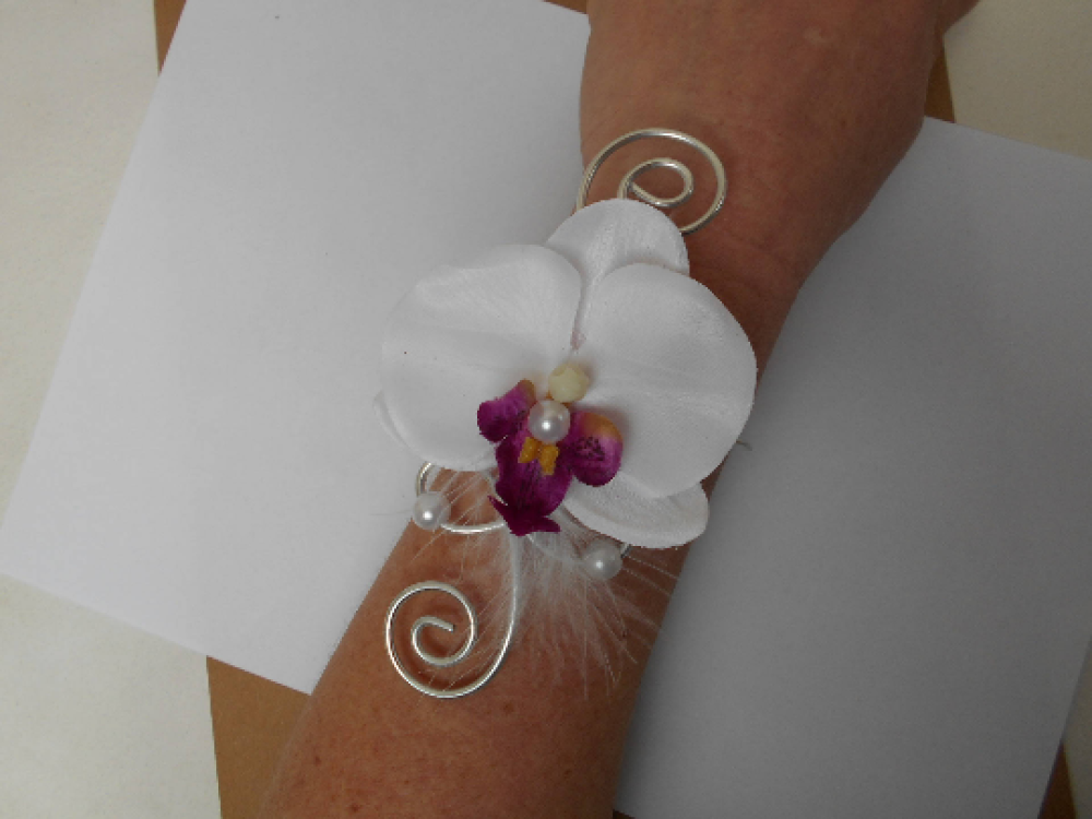 Bracelet fleuri pour mariée ou témoin - blanc et argent