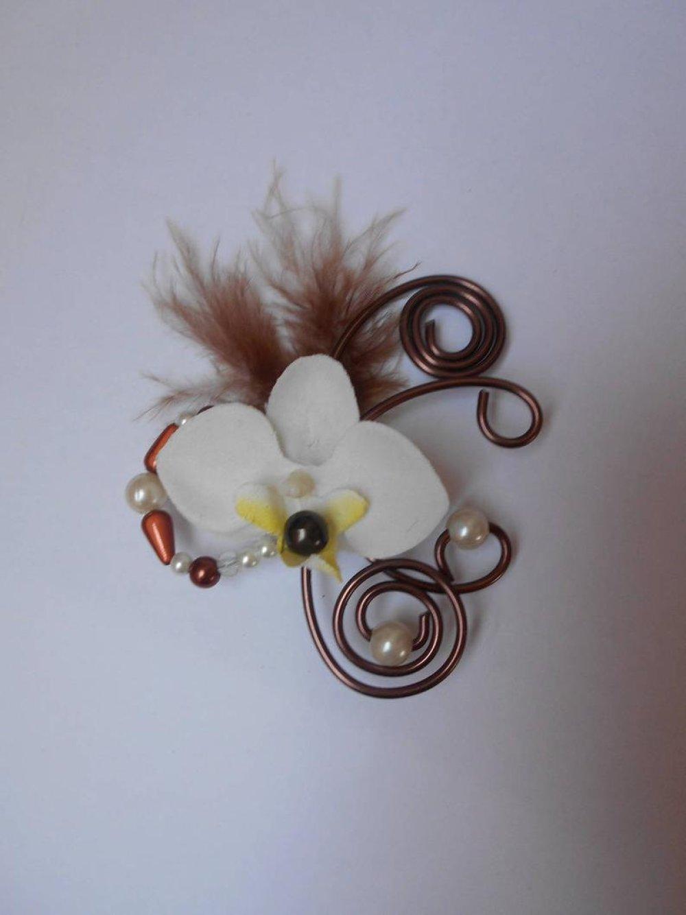 Attache étole - broche pour mariée ivoire et chocolat avec orchidée