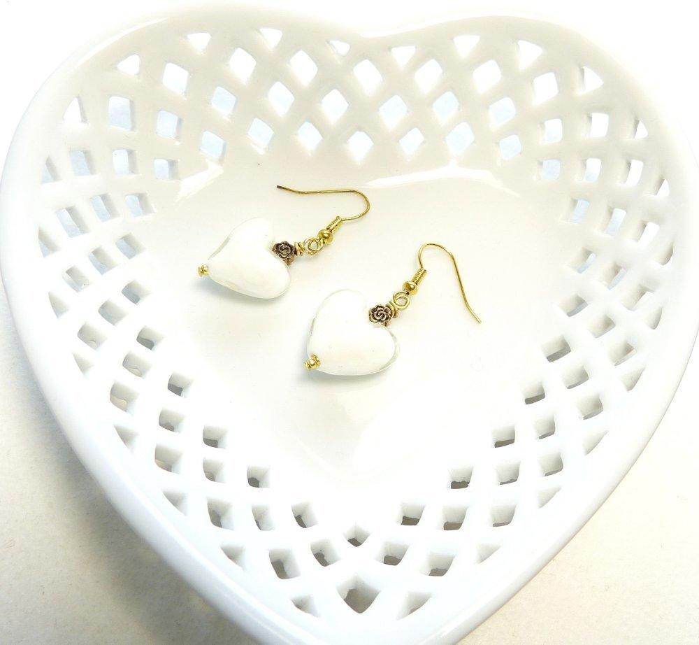 Boucles d'oreilles coeurs blancs en verre sur métal doré