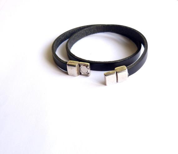 Bracelet en cuir noir plat avec fermoir magnétique