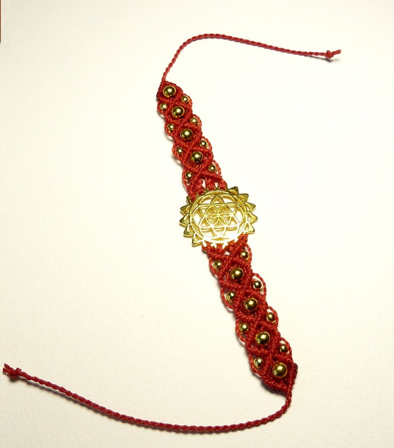 Bracelet fleur de vie et perles dorées sur coton rouge