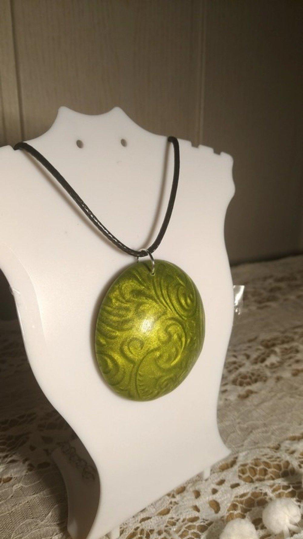 Collier rond vert avec faux relief effet métallique