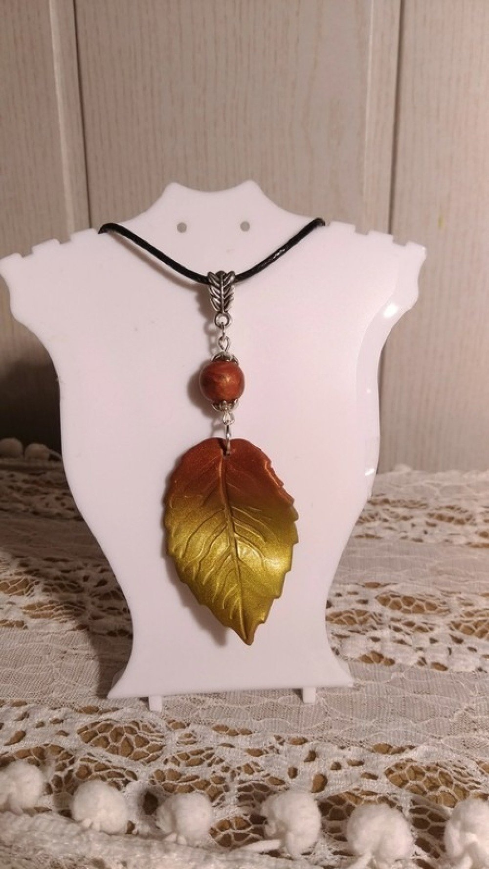Collier feuille d'automne marron effet métallique