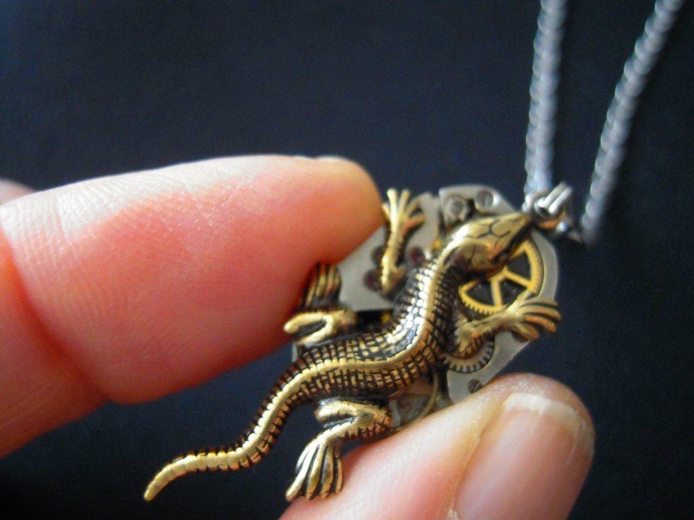Collier salamandre sur mécanisme de montre ,collier lézard ,collier gecko , A550