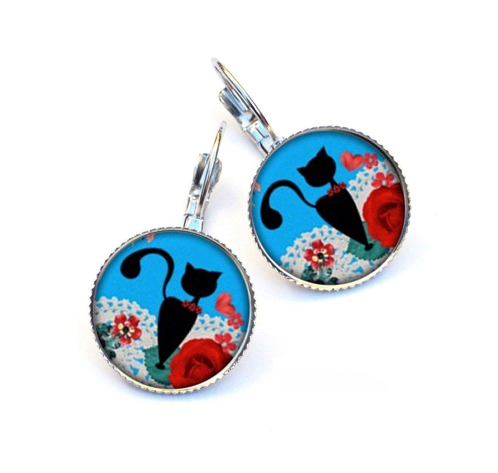 Boucles d'oreilles dormeuses chat noir et fleurs rouges, fond bleu