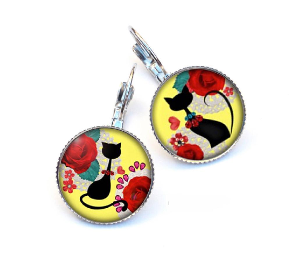 Boucles d'oreilles dormeuses chat noir élégant et fleurs rouges, fond jaune