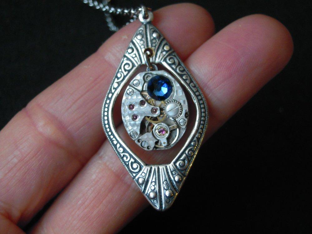 Elégant collier élément style Art Déco plaqué argent et mouvement de montre , swarovski bleu , A581