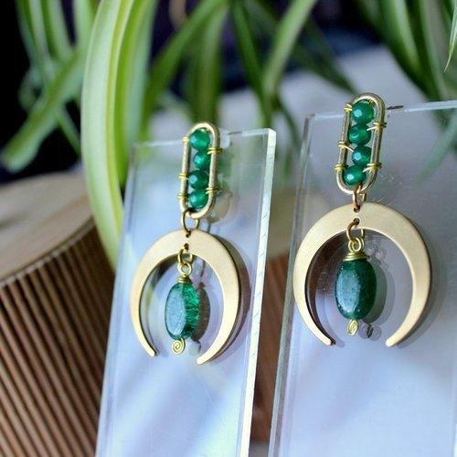 Boucles puces d'oreille croissant de lune en laiton et perle de jade, jade vert, bijoux spirituel, puce or, demi lune