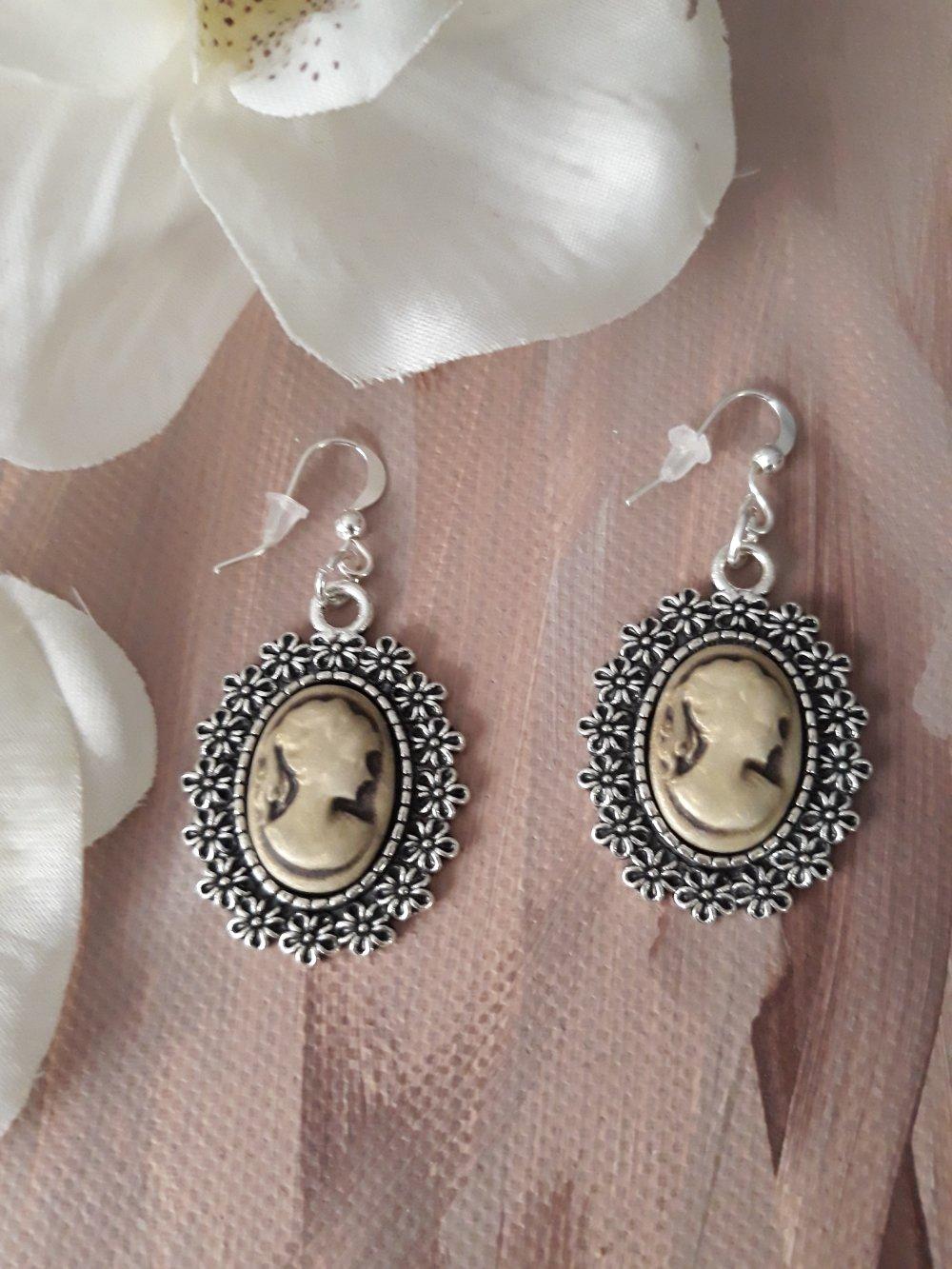 Boucles d'oreilles en métal argenté vieilli