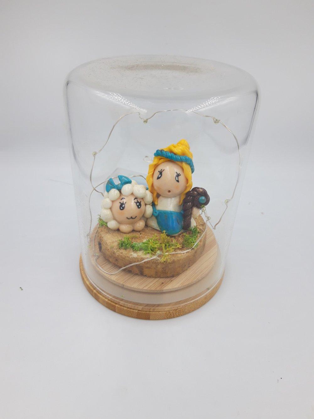 Petite bergère se promenant avec sa brebis , sous cloche de verre lumineuse avec guirlande led
