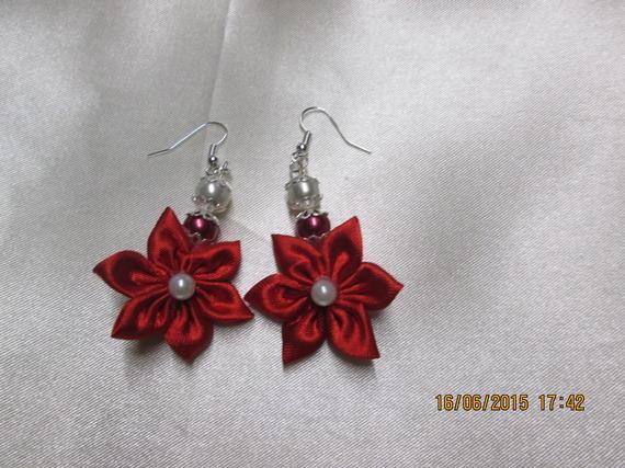 boucle d'oreille fleur en tissu satin rouge  et perles