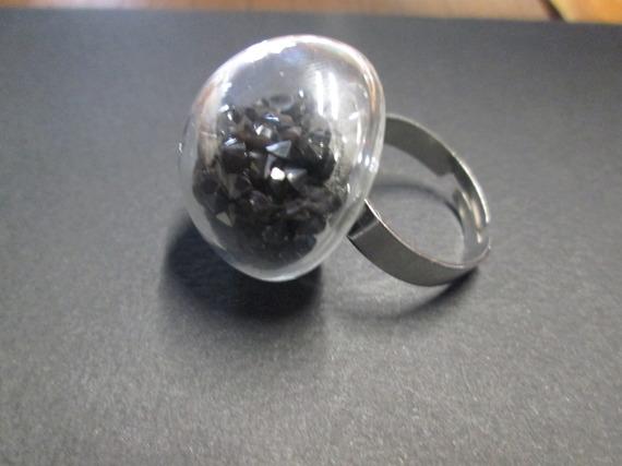 Bague anneaux argentée avec boule en verre remplie de diamant