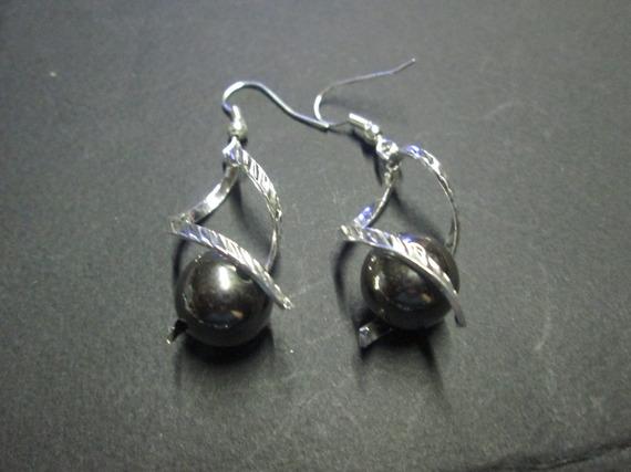 Boucle d'oreille métal argentée et perle satinée gris
