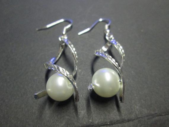 Boucle d'oreille métal argentée et perle satinée ivoire