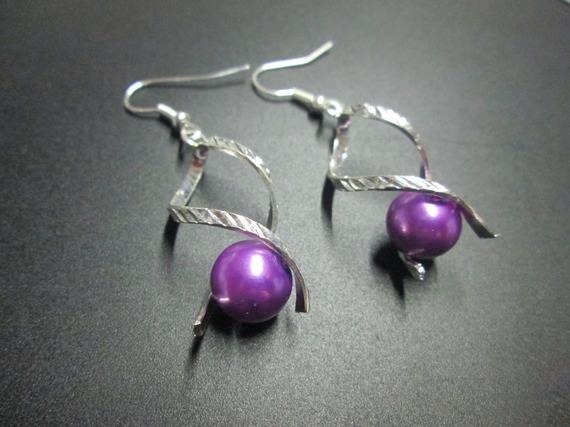 Boucle d'oreille métal argentée et perle satinée violet