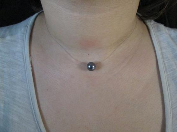 Ras du cou en file de crin transparent  ornée d' une  perle grise nacrée