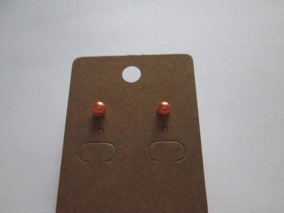 Jolie paire de boucle d'oreille clous avec une boule orange de 4 mm