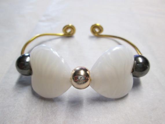 Bracelet en Fil Aluminium doré et avec perle cœur et breloque