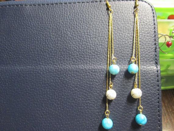 boucle d'oreille  doré et perle en verre satinée turquoise et blanche