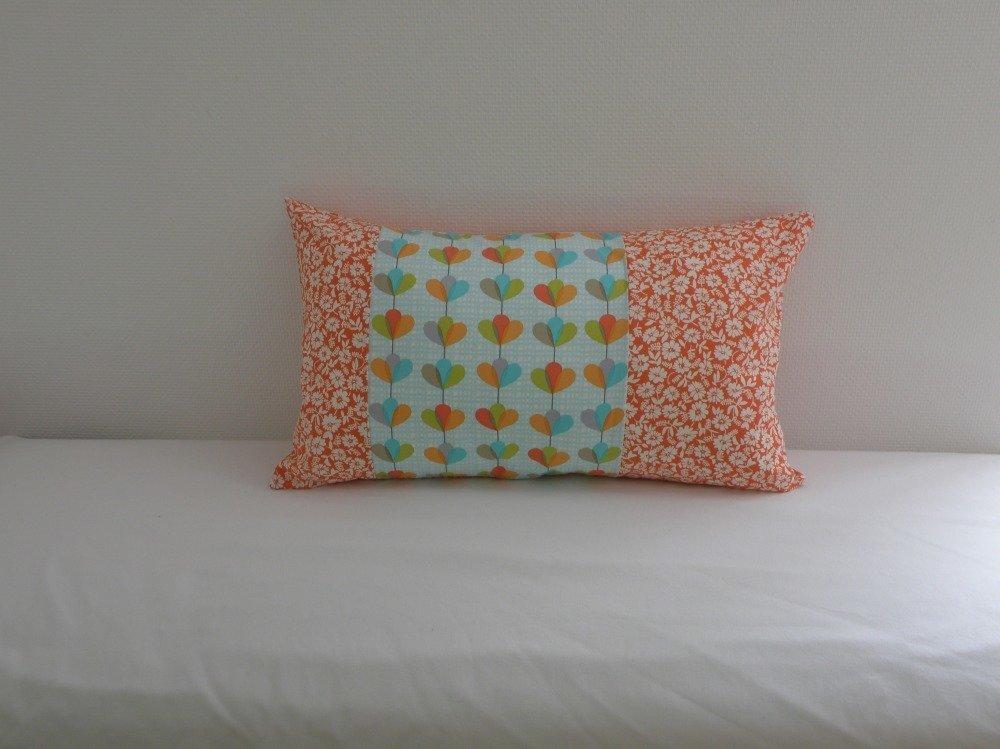 Housse de coussin rectangulaire petites fleurs blanches sur fond orange et tissu bleu fleuri