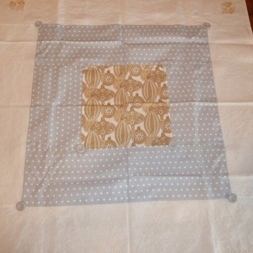 Nappe surnappe patchwork motifs boules de noel toile metis ancienne 100 cms x 100 cms