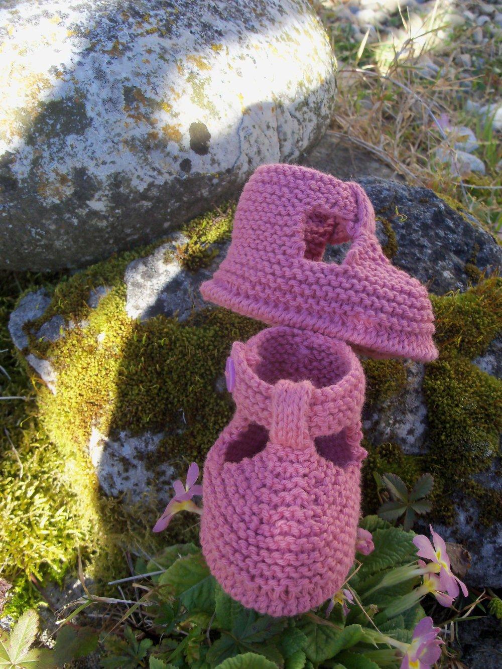 Chaussons bébé forme sandales à bride tricotés main en coton rose