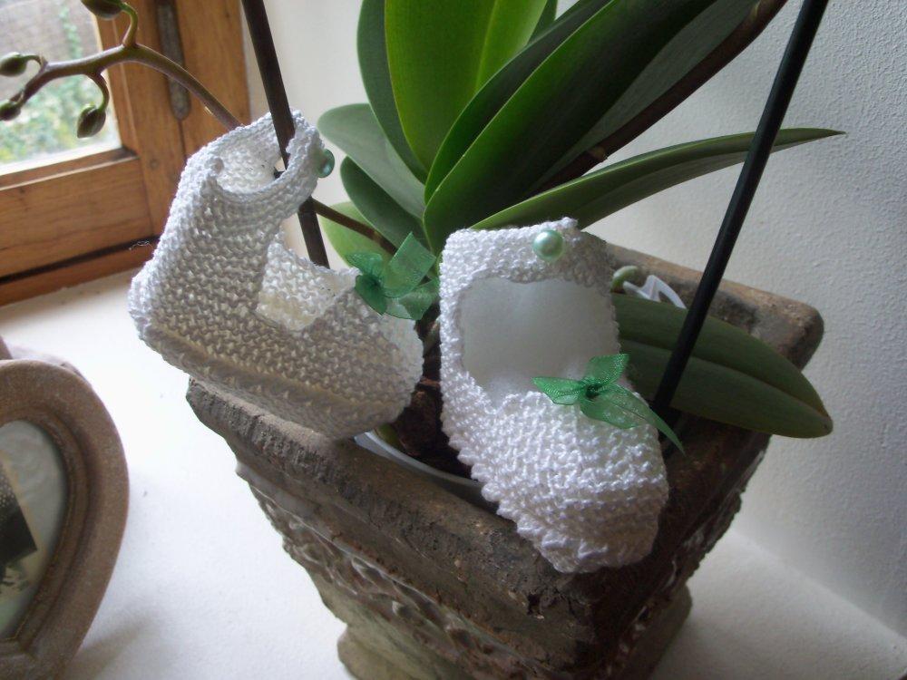 Chaussons bébé à bride 3 mois tricotés main en coton blanc
