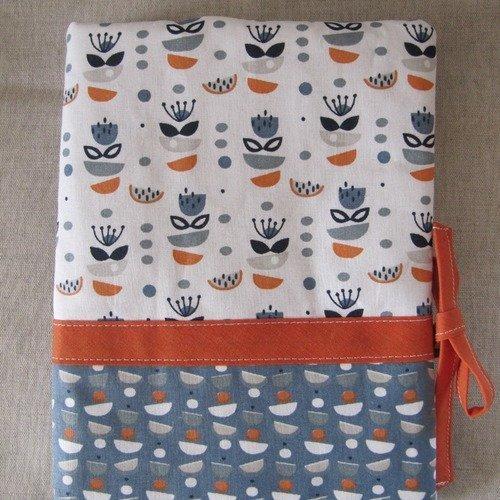 Protège-carnet de santé imprimé tons bleu et orange.
