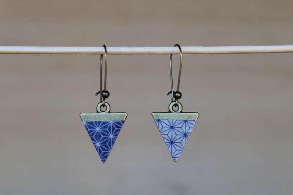 Boucles d'oreilles triangles bronze motifs japonais bleu marine Asanoha Modèle Yin Yang