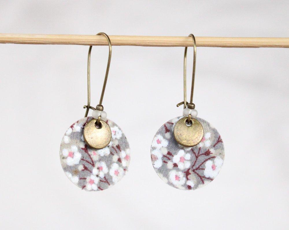 Boucles d'oreilles rondes romantiques fleurs blanches gris rose Modèle Flocons d' Oslo
