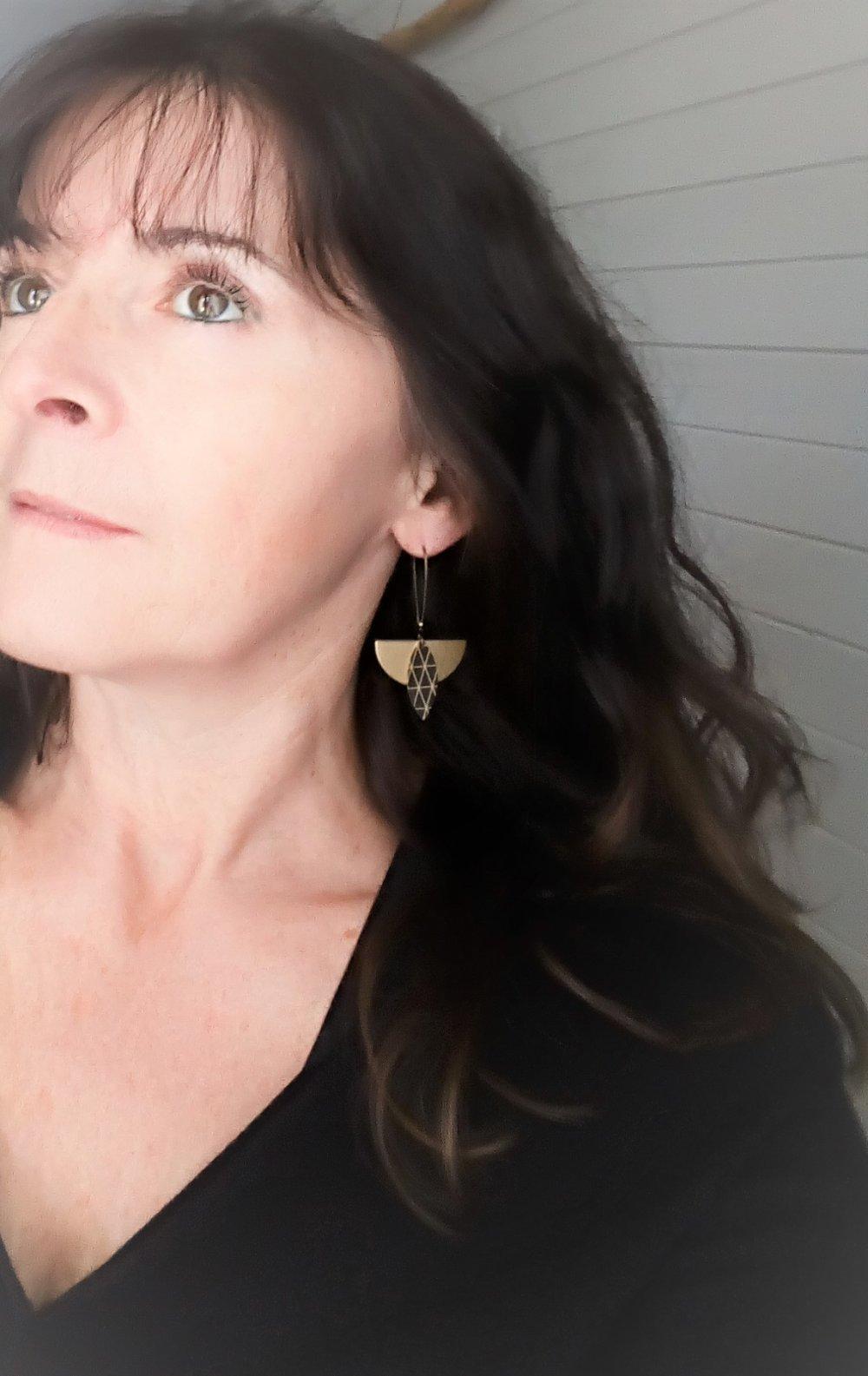 Boucles d'oreilles noir et or demi lune Modèle Ren 蓮: lotus