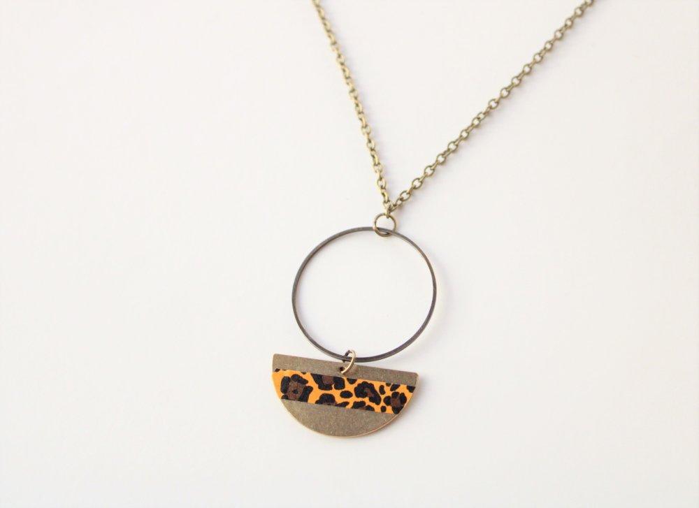 Collier bronze pendentif médaillon léopard jaune moutarde curry safran modèle Afrique