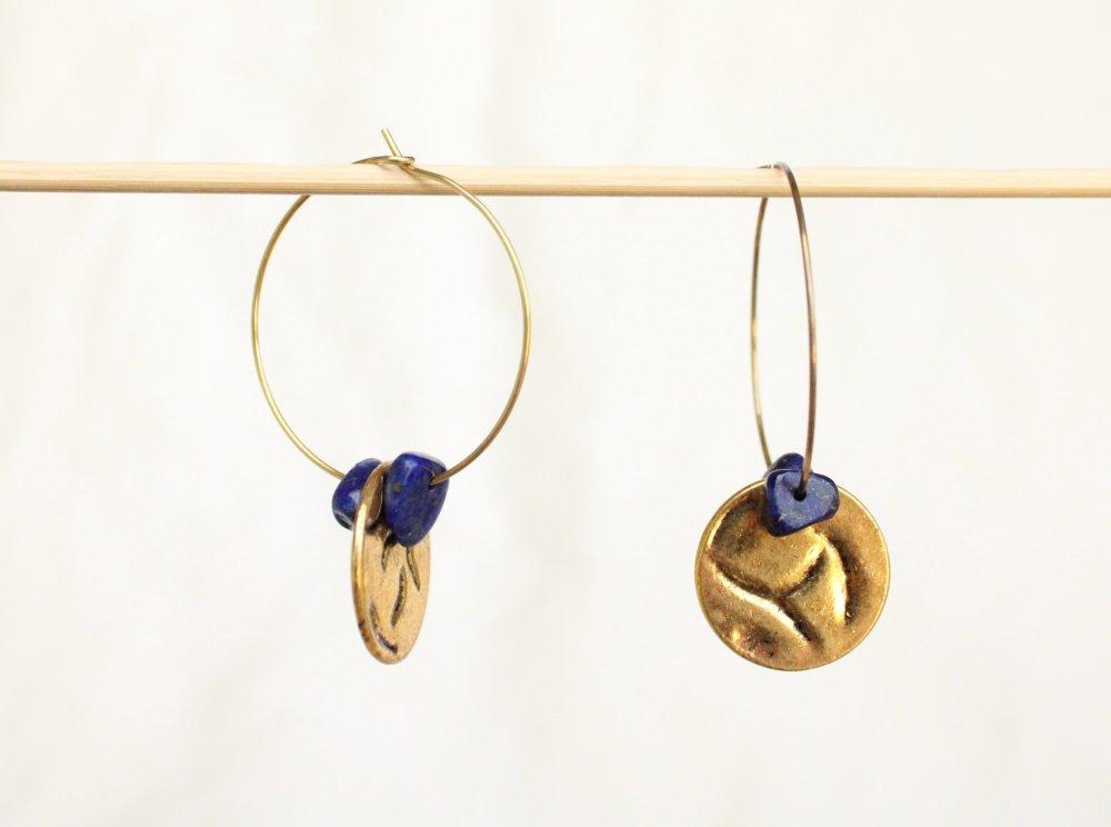 créoles médaille dorée gemmes chips lapis lazuli