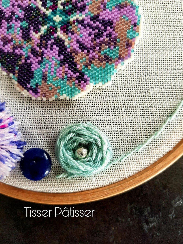 Déco tendance - Modèle unique - Hoop Art Tambour/cercle à broder/cadre rond - FLEUR DE LIN perles Miyuki - Broderies