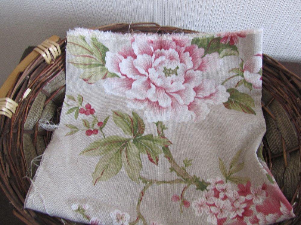 Coupon tissu coton + un peu de polyester ( fleurs et oiseaux exotiques)