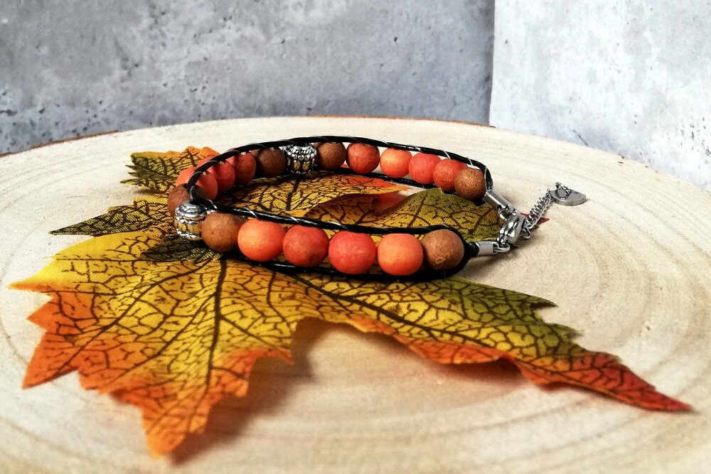 Bracelet tressé en cuir noir, perles en bois naturels orange et marron et acier inoxydable