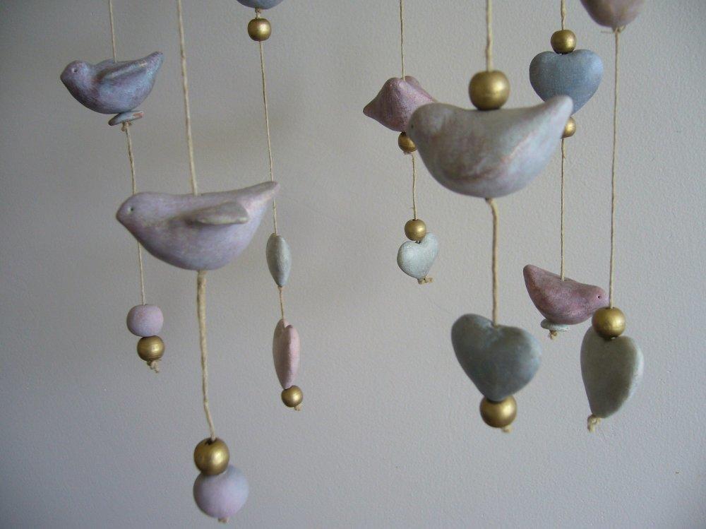 Mobile petits oiseaux céramique, couronne végétale, décoration nature printanière.