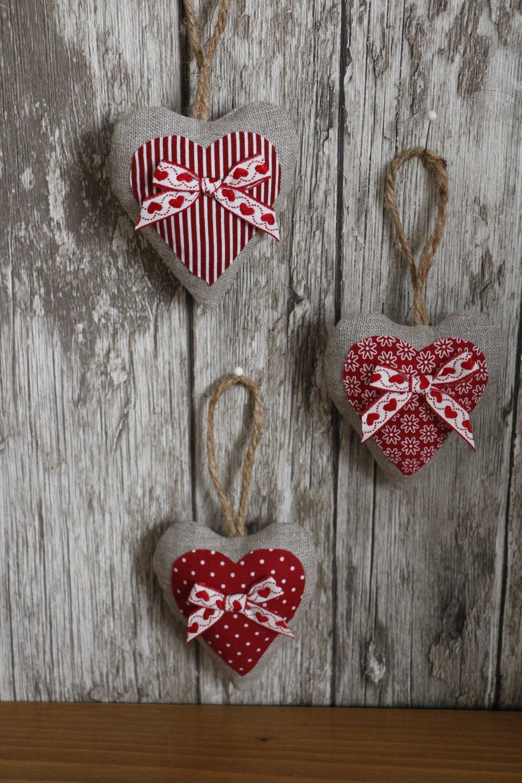 coeur en tissu rouge et lin et noeud en ruban blanc et coeur rouge