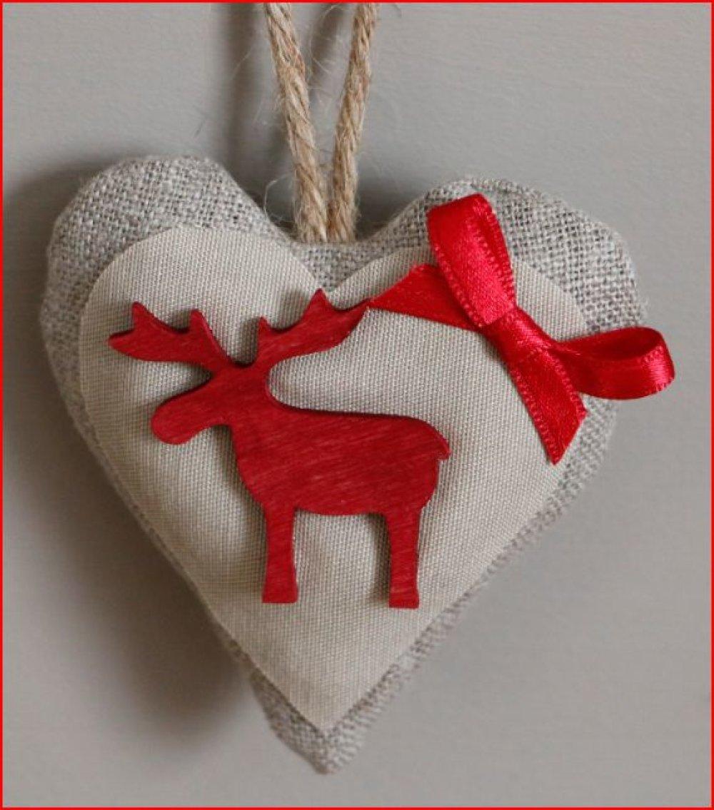 coeur en tissu écru au noeud rouge et élan en bois rouge a suspendre