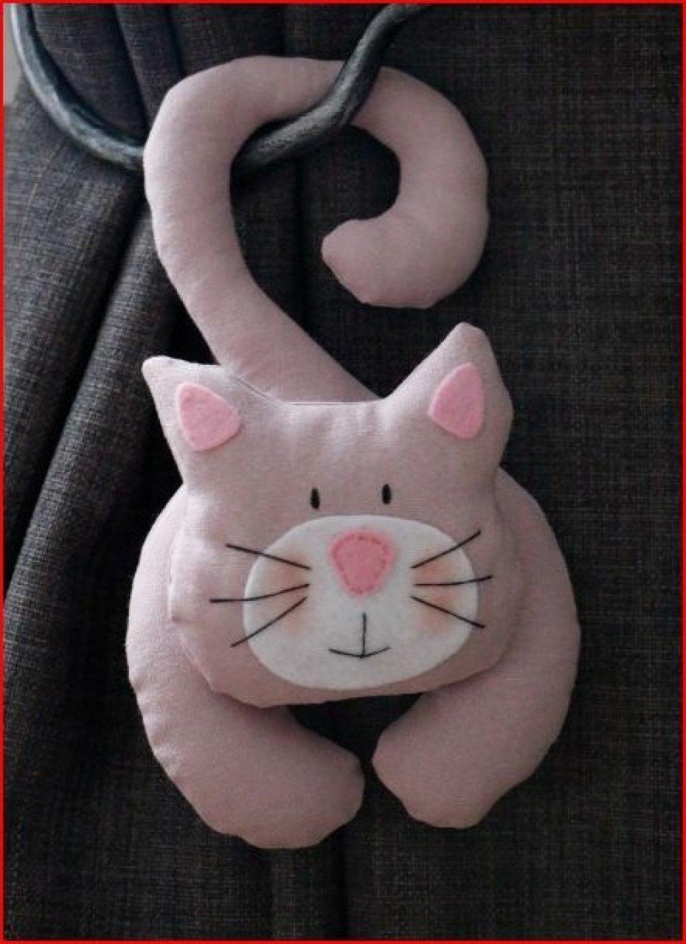 chat en tissu rose pale a suspendre et petit nez rose en feutrine