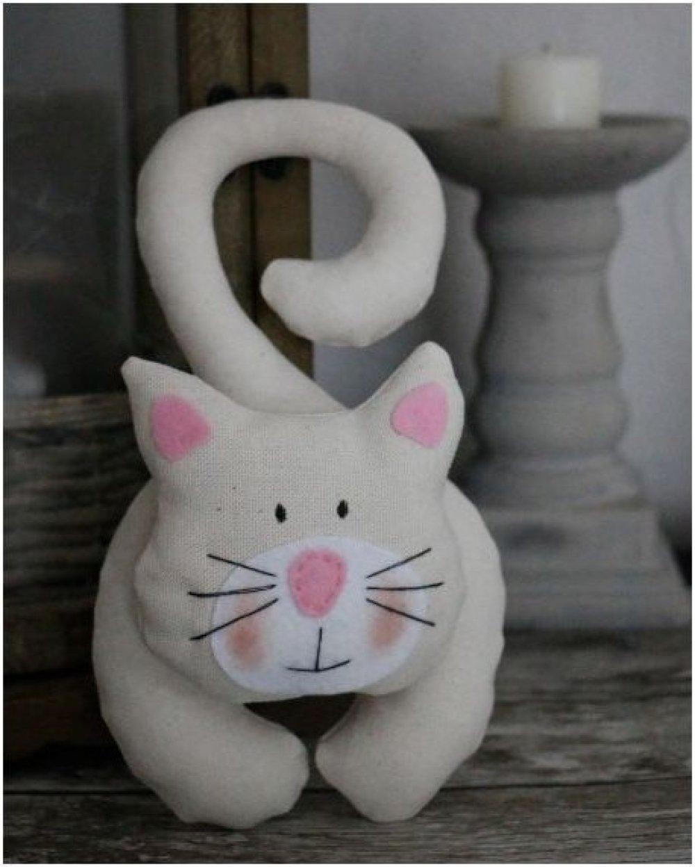 chat en tissu écru a suspendre et petit nez rose en feutrine